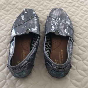Toms girl's shoes size W6.